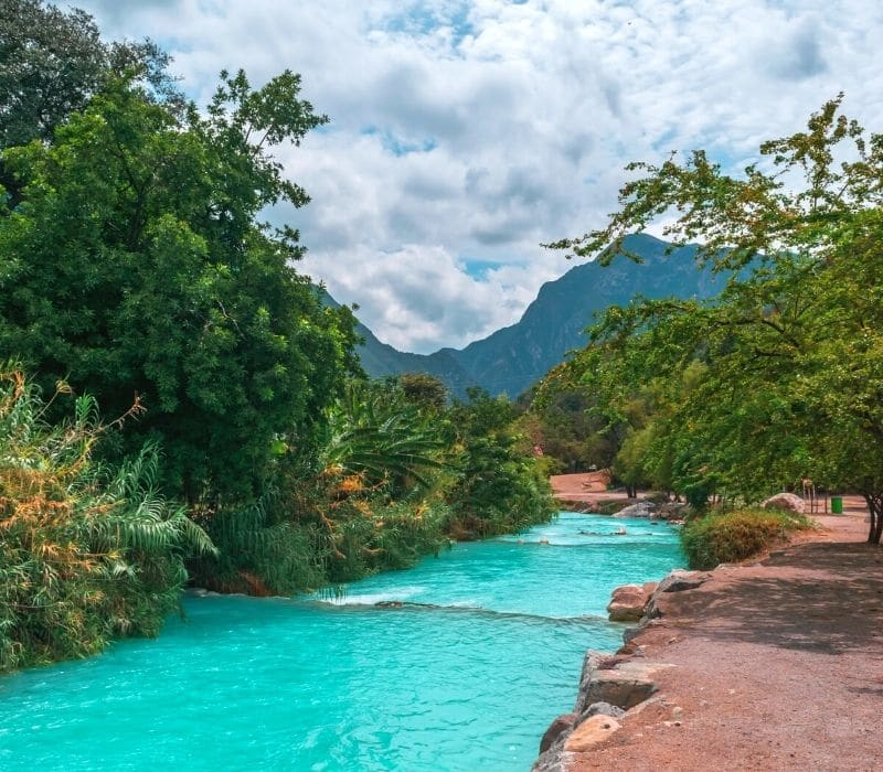 agua azul brillante en un río que fluye - Visite Las Grutas Tolantongo
